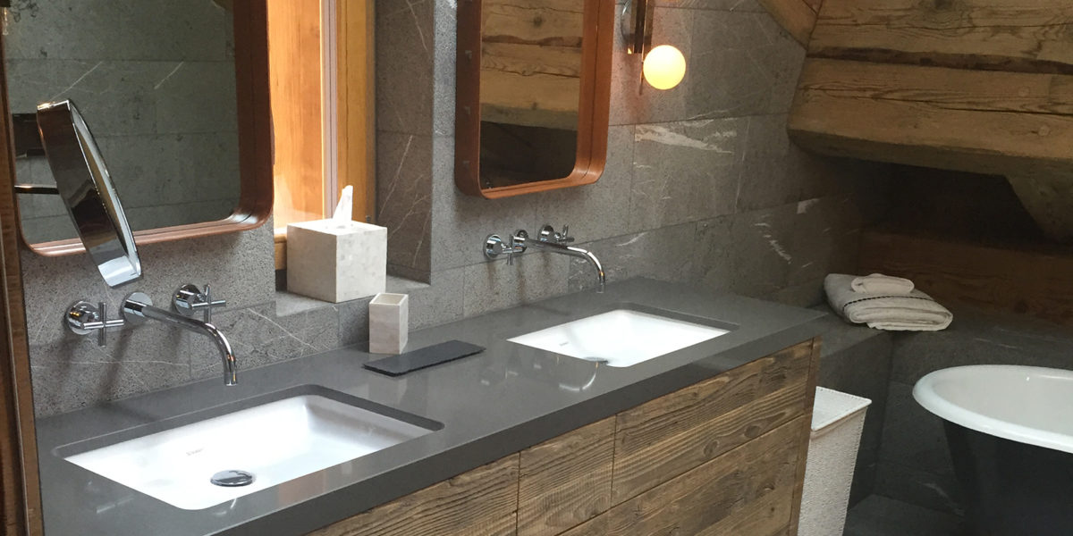dettaglio dell'arredo bagno in legno di un appartamento privato