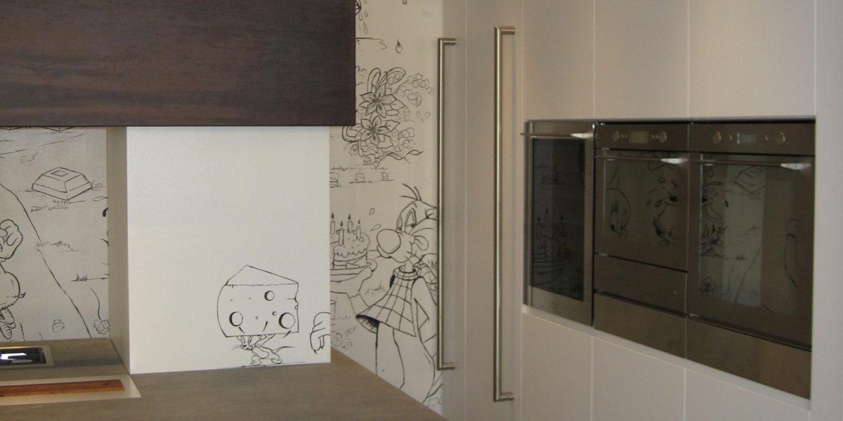dettaglio cucina di con disegni sui muri
