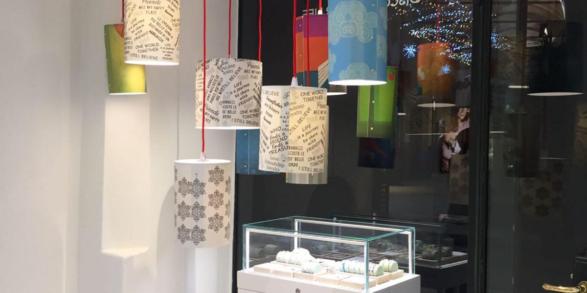 dettaglio d'arredo e illuminazione dei negozi Kidult